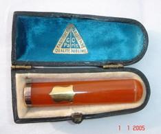 Fume Cigarette En Ambre Et Or(poinçon Tête D'aigle) Avec Son étui, XX Siècle. Fabrication Parisienne. Poids Total Du Fum - Cigarette Holders