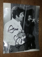 Gilbert Bécaud, Autographe - Grande Photo De Patrick Ullmann - Format 22.6 Cm X 17.8 Cm - Personalità