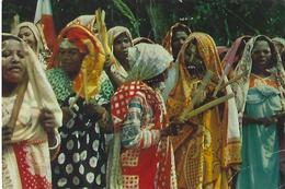CARTE PUB AMORA  COMORES FEMMES INDIGENES TIMBREE DU PAYS SUJET - Werbepostkarten