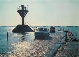 Automobiles - Voitures De Tourisme - Ile De Noirmoutier - Le Passage Du Gois Au Soleil Couchant - Carte Neuve - Voir Sca - Passenger Cars