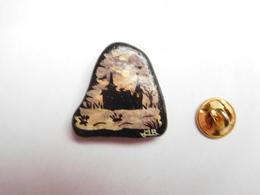 Superbe Pin's En Relief , Galet Peint , Paysage , Castel , Château , Signé JMR - Pins