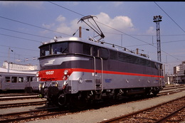 Photo Diapo Diapositive Slide Train Wagon Locomotive Electrique SNCF BB 16027 Le 22/08/1996 VOIR ZOOM - Dias