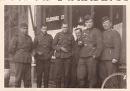 PHOTO ORIGINALE 39 / 45 WW2 WEHRMACHT FRANCE PARIS SOLDATS ALLEMANDS DEVANT UN  BISTROT - Guerre, Militaire