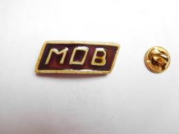 Beau Pin's En Relief Et En Porcelaine , MOB - Pins