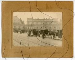 PHOTOS  IDENTIFIÉE. D21. DIJON. Place D'Armes .Attelage Calèche, Librairie L VENOT. PAINOS MUSIQUE C A T C . Horlogerie - Places
