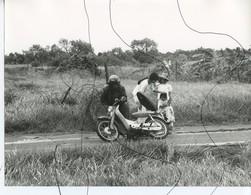 PHOTO ANIMÉE . ASIE,  VIETNAM .Viêt-Nam . En Panne Avec Une Moto, Scooter , OU ACCIDENT ? - Places