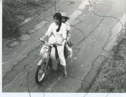 PHOTO ANIMÉE .VIETNAM .Viêt-Nam. 2 FILLES ASSISES SUR UN SCOOTER . Moto  Mobylette, Solex, Scooter. - Places