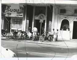 PHOTO ANIMÉE .VIETNAM .Viêt-Nam. Moto, Mobylette, Vélo Solex, Scooter. - Places
