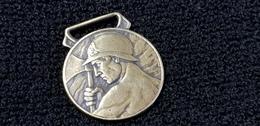 Insigne / Médaille OEUVRE DES PUPILLES DES SAPEURS POMPIERS  FRANCAIS (  Pompier  ) Casque Hache Laiton - Firemen