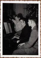 Photo Originale Noël Avec Maman Sur Un Air De Piano Vers 1940 - Anonyme Personen