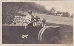 2 Femmes Et Chien : En Pose Dans Une Automobile Ancienne ( à Définir ) Format 10,5cm X 6,5cm - Déchirure Haut Droit 1cm - Automobiles