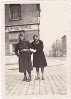 Militaire En Pose Avec Sa Fille : Devant Une Devanture ( Fumisterie ? ) Format 8,5cm X 6cm - 1940 - - War, Military