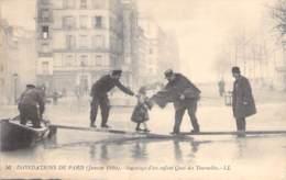 75 - PARIS 5 ème ( Inondations 1910 - Crues De La Seine ) Sauvetage D'un Enfant Quai Des Tournelles - CPA - - Alluvioni Del 1910