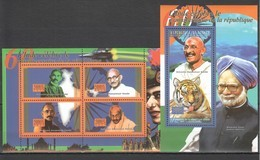 BC443 2010 GUINEE GUINEA FAMOUS PEOPLE OF INDIA ANNIVERSARY OF THE REPUBLIC GANDHI 1KB+1BL MNH - Mahatma Gandhi
