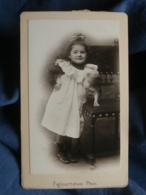 Photo CDV Fafournoux à Villefranche - Fillette Espiégle Et Son Chien (Angèle Assada) Vers 1890 L245 - Photographs