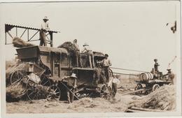 CPA   MOISSONNEUSE BATTEUSE  CARTE PHOTO  ANNOTE JUILLAC 33 AU DOS ? - Tractores