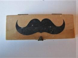 Peigne à Moustaches Dans Boîte - 12,5 X 4,5 X 2,5 Cm. - C 20 - Toebehoren