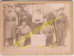 PHOTO 1914 1915 MILITARIA MILITAIRES SOLDATS AVEC FUSIL, SOUVENIR DE NOTRE SEJOUR CHEZ Mr Et Mme LECUYER CARENTAN MANCHE - Carentan