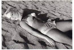 """CPM Femme En Bikini Allongée Sur La Plage Avec Une Revue Sur La Tête """"plage De Marseille"""" 1967 Photo René Maltête - Pin-Ups"""