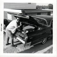 Photo Carrée Originale B.B. USA - Dans Le Coffre De La Belle Américaine A Identifier En Juillet 1966 - Automobiles