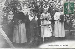 CPA 18 - CHER - LA BORNE - HENRICHEMONT - FEMMES FAISANT DES MOTTES POUR LES POTIERS 1908 - Henrichemont