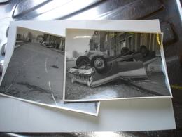 MONS - LOT 2 ANCIENNES PHOTOS - ACCIDENT VOITURE ANCETRE SUR LE BOULEVARD ( VERS 1950 ) - Auto's