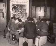 France Paris Soldats A La Gare De L'Est Greve Des Chemins De Fer Ancienne Photo 1947 - Treinen
