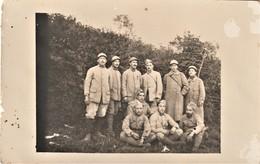 Rare Carte Photo Soldats Sur Le Front N°85 Au Col Un Poilu Avec Couvre Casque Et Médaille Aout 1916 - 1914-18