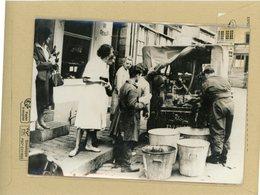 PHOTO PRESSE 1959 -  RENNES  Coupure Générale De L'eau  , Ravitaillée Par L'armée - Luoghi