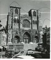 PHOTO IDENTIFIÉE. ISÈRE . D38. VIENNE . Devanture De La Cathédrale Saint Maurice . Ancienne Voitures . Agence RAPHO - Lieux
