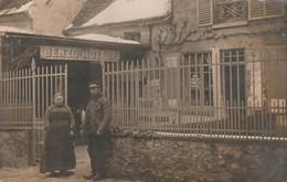 CARTE PHOTO:COUPLE DEVANT BENZO MOTAUR RUE DU MOULIN ROISSY EN FRANCE (95)..ÉCRITE - Roissy En France