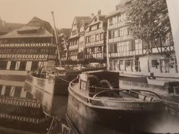 """Strasbourg 1960 - Péniche Nommée """"Sars"""" Et Un Remorqueur, La Petite France - Photo - Strasbourg"""