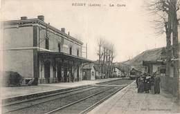 42 Regny La Gare Cpa Carte Animée Avec Train Locomotive à Vapeur Cachet Regny 1915 , Voir état Ci Dessous - France