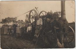 CPA CARTE PHOTO  MOISSONNEUSE BATTEUSE  A IDENTIFIER TRES BEAU PLAN  2 - Tracteurs