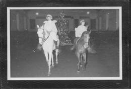 AK 0389  Graz - Zwei Mädchen Als Engerln  Reiten Bei Einer Weihnachtsfeier  Ca. Um 1930 - Pferde