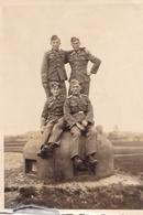 PHOTO ORIGINALE 39 / 45 WW2 WEHRMACHT FRANCE LIGNE MAGINOT SOLDATS ALLEMANDS SUR UN BUNKER - War, Military