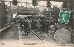 75 Paris Victoire Des Cheminots Les Trains En Panne Greve Train Locomotive Cheminot - Stations, Underground