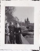 PHOTO ORIGINALE 39 / 45 WW2 WEHRMACHT PAYS BAS AMSTERDAM SOLDAT ALLEMAND AVEC DEUX JEUNES FEMMES - Guerra, Militares