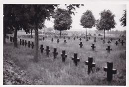 PHOTO ORIGINALE 39 / 45 WW2 WEHRMACHT FRANCE MOIRANS VUE SUR LE CIMETIÈRE MILITAIRE - Guerra, Militares