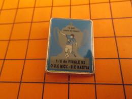 1315A PINS PIN'S / Beau Et Rare : Thème SPORTS / FOOTBALL COUPE DE FRANCE 92 NICE BASTIA Méfi La Police De L'Humour Surv - Voetbal
