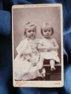 Photo CDV  Victoire à Lyon  Deux Jolies Fillettes Blondes (Madeleine Et Marguerite Beguin)  CA 1890 - L255 - Ancianas (antes De 1900)