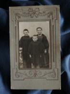 Photo CDV Anonyme - Deux Garçons En Blouse Et Une Fillette Avec Coiffe Régionale (bretagne ?) Vers 1900 L250 - Photos