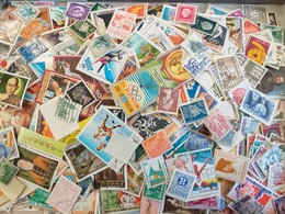 Lot N° TH.24 Un  Vrac De + De 2000 Timbres Du Monde - Stamps