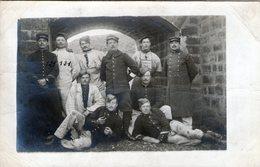 (132)  CPA Photo Soldats - Uniformen