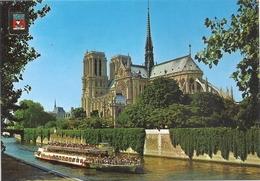 CPM. PARIS . LA CATHEDRALE DE NOTRE-DAME + BATEAU-MOUCHE . CARTE ECRITE AU VERSO - Notre-Dame De Paris