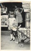 ENFANT ET SA POUPEE  DEVANT UNE LIBRAIRIE  PHOTO ORIGINALE FORMAT  7 X 4 CM - Orte