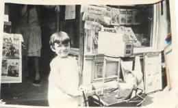 ENFANT DEVANT UNE LIBRAIRIE  PHOTO ORIGINALE FORMAT  7 X 4 CM - Orte