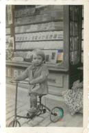 ENFANT ET SON TRICYCLE DEVANT UNE LIBRAIRIE  PHOTO ORIGINALE FORMAT  7 X 4 CM - Orte
