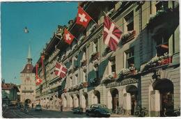 Bern: DKW 3=6, FIAT 500, SCOOTERS, TRAM - Spitalgasse Und Käferturm - 5 Schweizer Flaggen - Passenger Cars