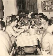 PHOTO ORIGINALE MILITARIA - MILITAIRES A TABLE TORSE NU - MILITARY SHIRTLESS - ZOOM - Oorlog, Militair